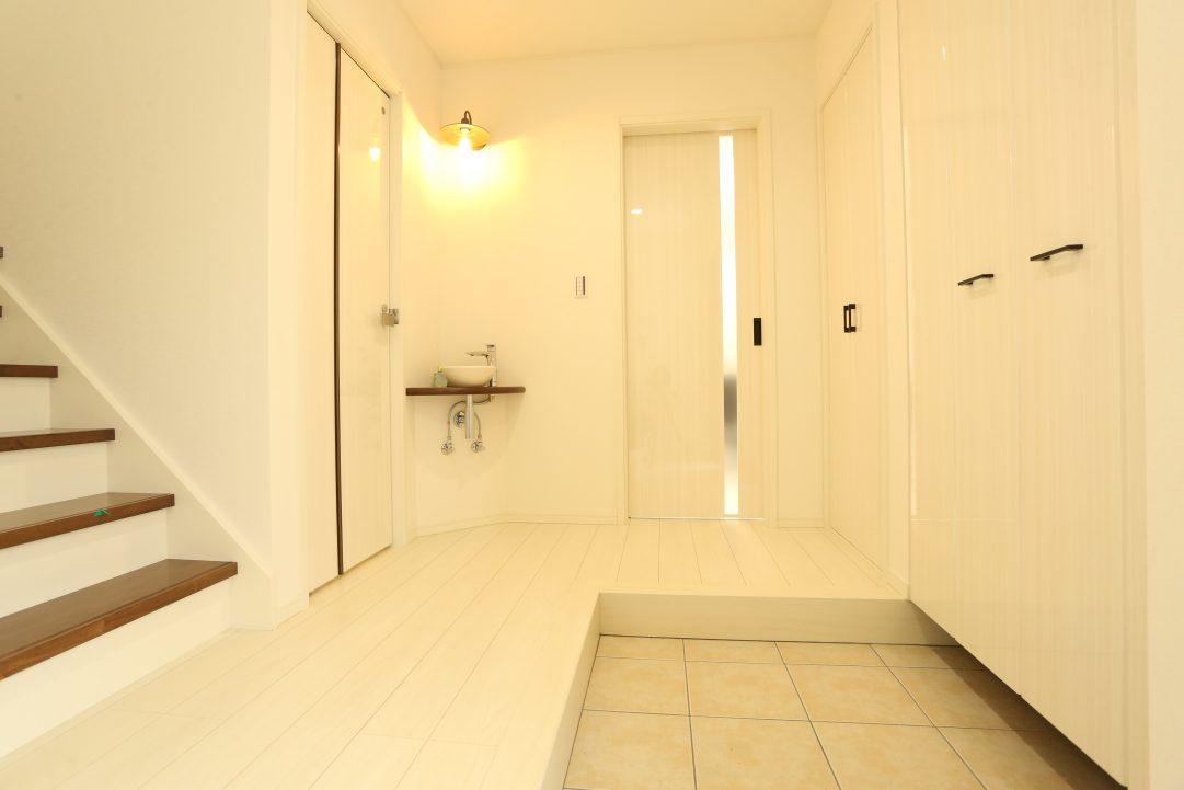 玄関から直接物置部屋、階段、トイレ、洗面、お風呂、リビングにいける道線にこだわりました