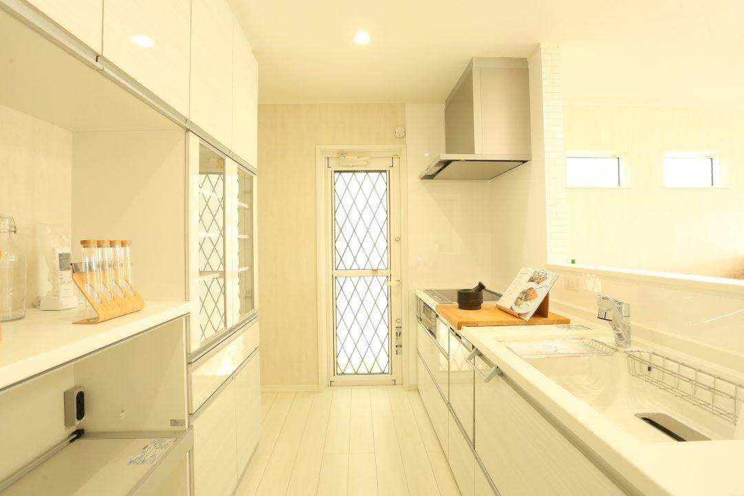 キッチンは白に統一で綺麗な印象を