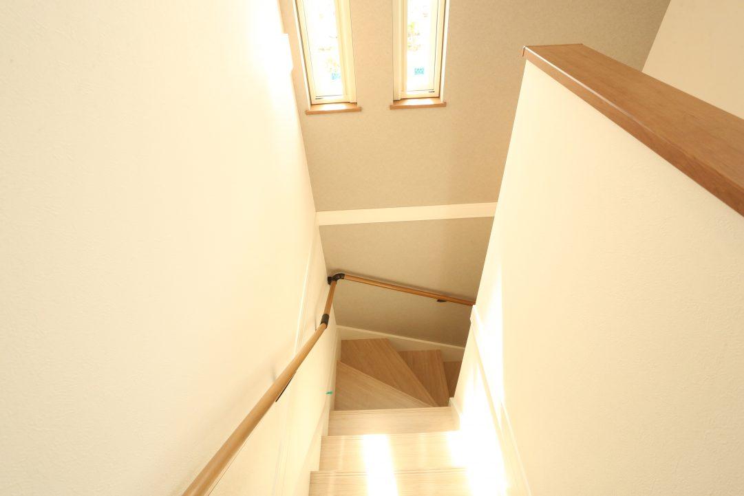 階段からは陽の光がたくさん入ります