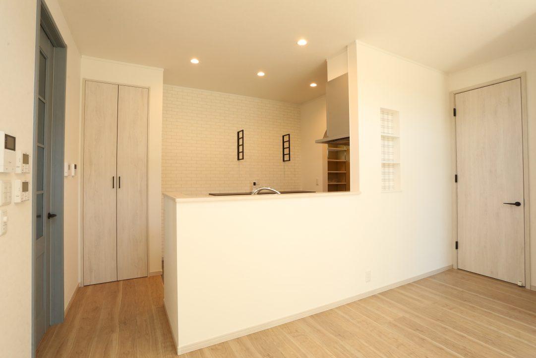 白を基調としたかわいいキッチンです。壁にはニッチェを配置