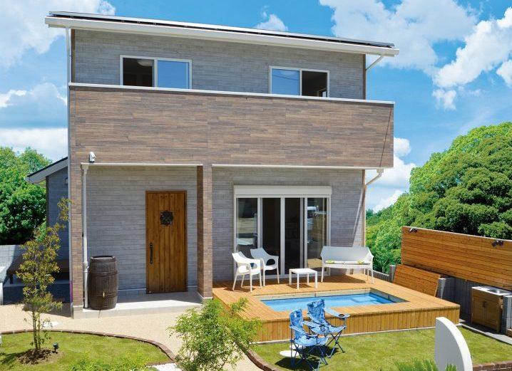 プールデッキと庭が特徴のお家です