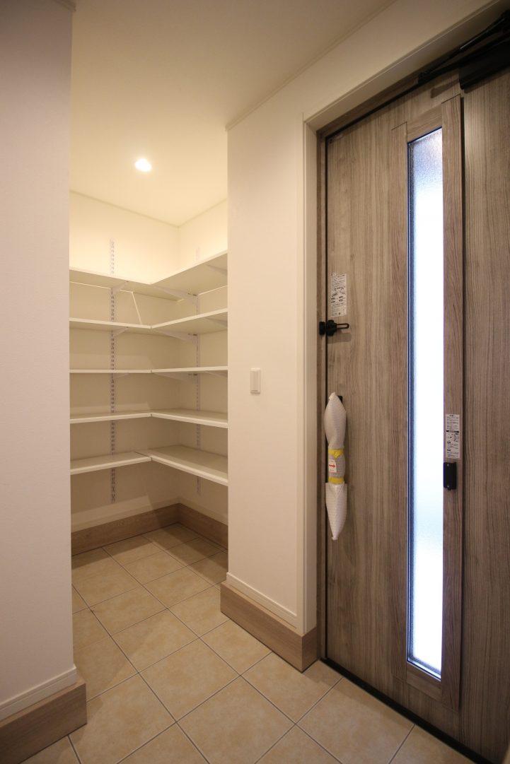 玄関には収納豊富なスペースを